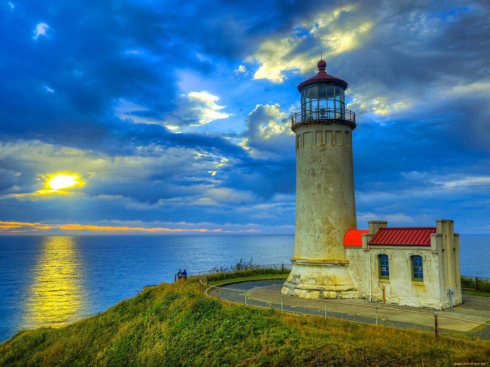 Фото маяка в море